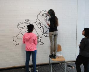 Schülerinnen gestalten den Eingangsbereich